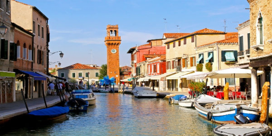 Discover the Venetian Islands of Murano Glassblowing and Burano Lacemaking - Private Tour